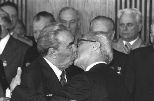 costumbre+breznev_honecker_kissing