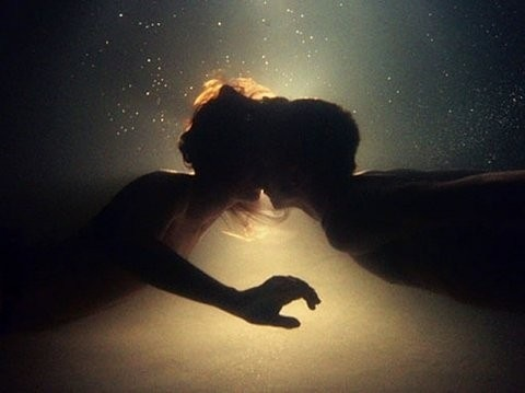 luv,photography,silhouette,underwater,couple,kiss-47f8c295eef05904423a8eaea2e5dae0_h[2][2]