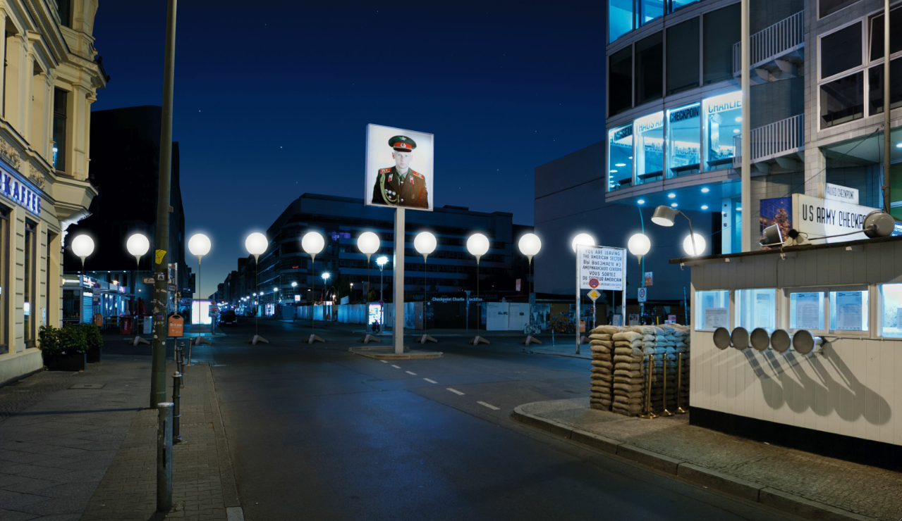 LICHTGRENZE. Checkpoint Charlie c Kulturprojekte Berlin. WHITEvoid Christopher Bauder Foto Daniel Bueche. Visualization of the LICHTGRENZE at Checkpoint Charlie © Kulturprojekte Berlin _WHITEvoid / Christopher Bauder, Photo: Daniel Bueche