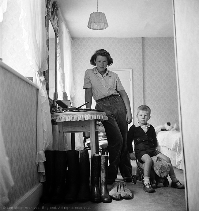 web Lady Mary Dunn and young evacuee, England 1941' by Lee Miller (3946-3)