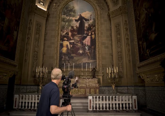 EOS GOYA Visions of Flesh & Blood_Hugh Hood filming at Real Basílica de San Francisco el Grande © Seventh Art Produ ctions, David Bickerstaff (1)