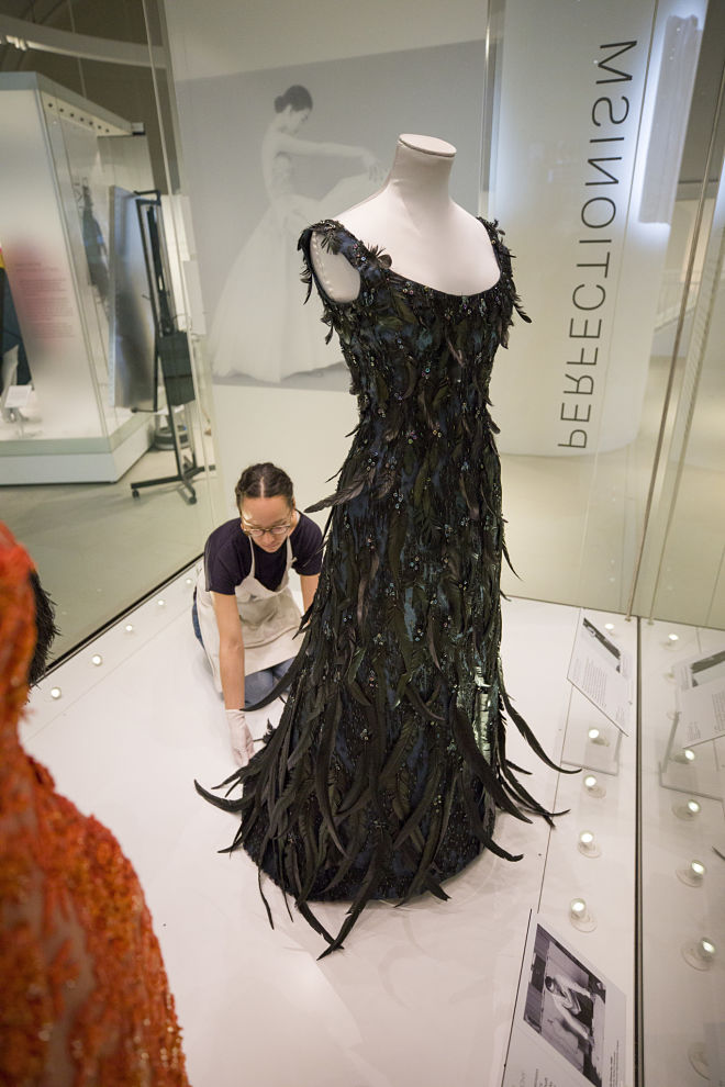 (18) Balenciaga Shaping Fashion Exhibition installation (c) Victoria and Albert Museum, London_opt