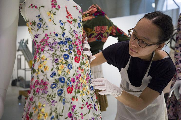 (39) Balenciaga Shaping Fashion Exhibition installation (c) Victoria and Albert Museum, London_opt