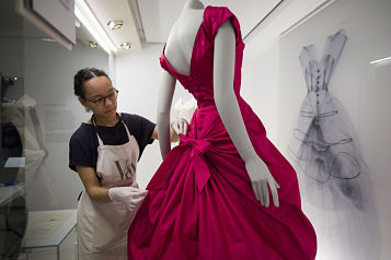 (42) Balenciaga Shaping Fashion Exhibition installation (c) Victoria and Albert Museum, London_opt