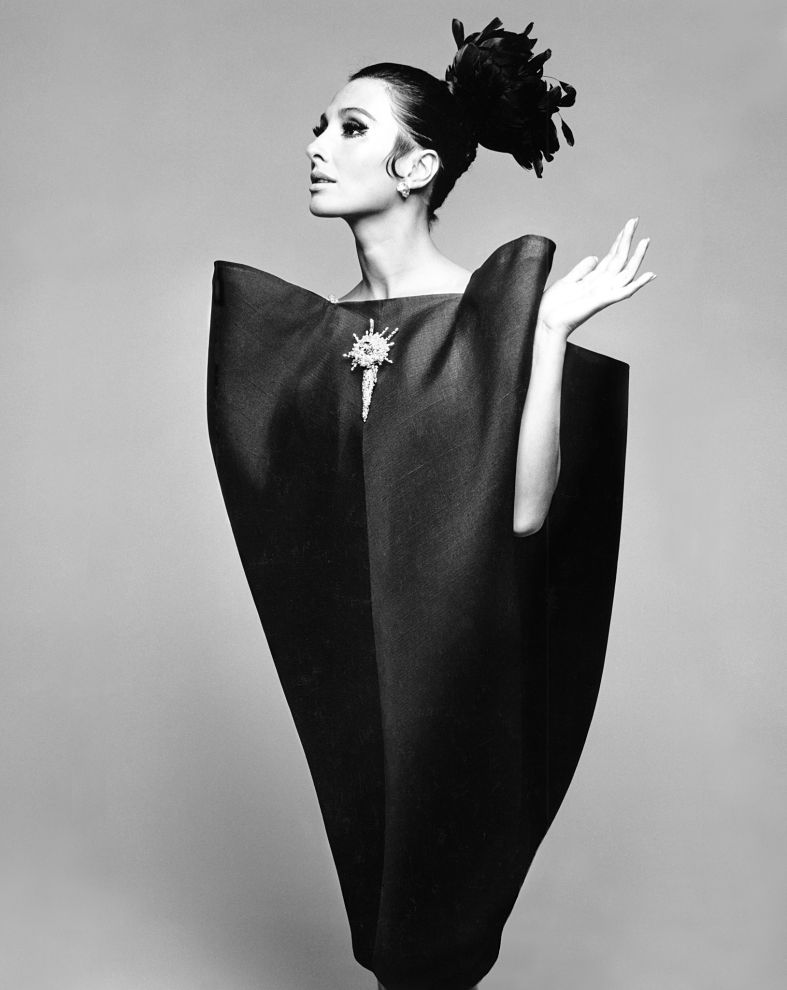 Alberta Tiburzi in 'envelope' dress by Cristóbal Balenciaga, Harper's Bazaar, June 1967 © Hiro 1967_opt