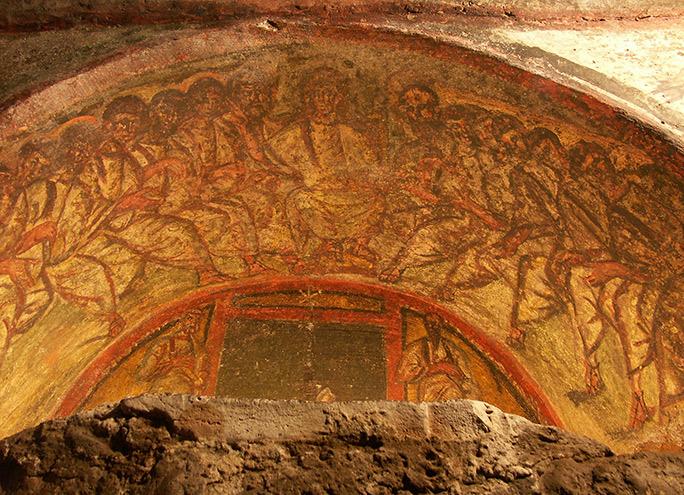 Rom,_Domitilla-Katakomben,_Fresko__Christus_und_die_12_Apostel__und_Christussymbol__Chi_Rho__1