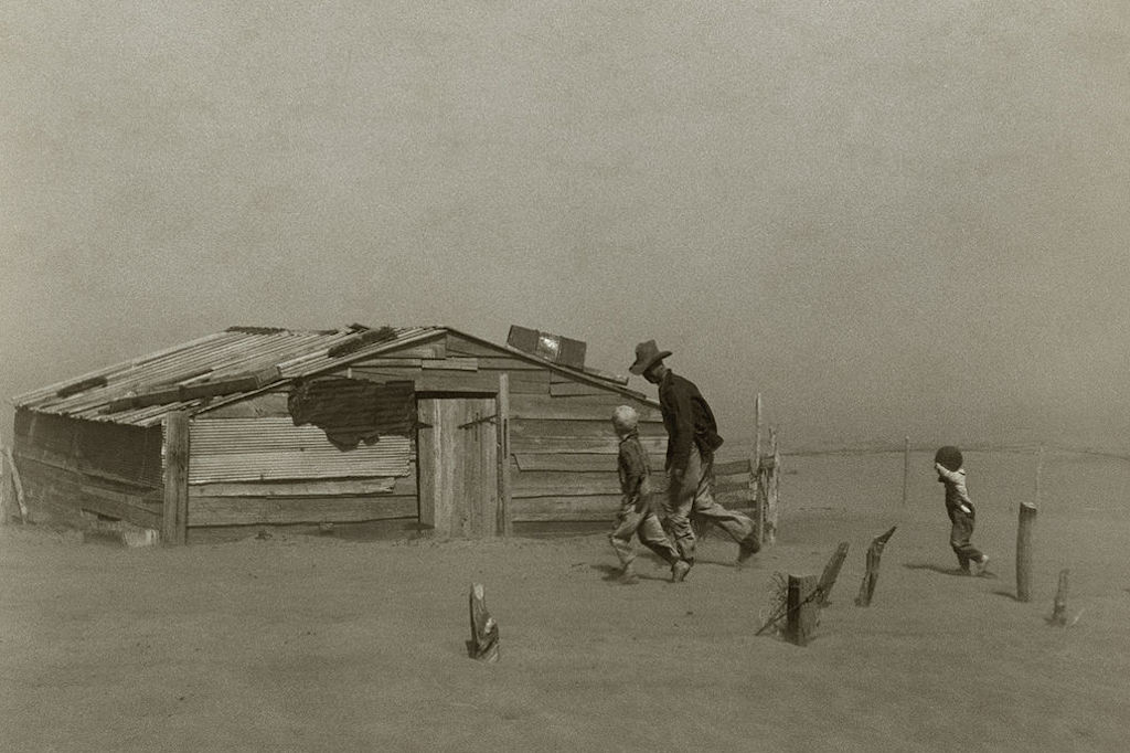 1024px-Farmer_walking_in_dust_storm_Cimarron_County_Oklahoma2