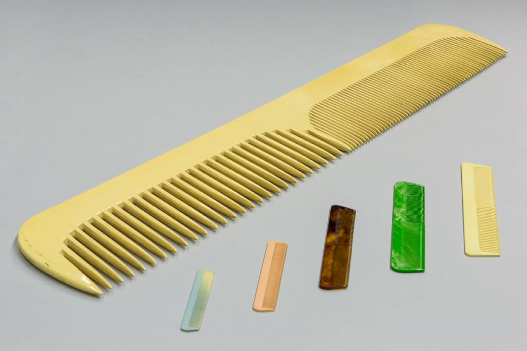 1 x Large-scale display comb, made by British Xylonite Company & 5 x combs made by British Xylonite Company - 2 (1)
